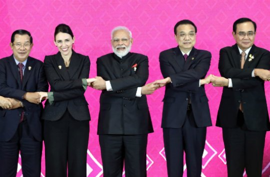 (From left) Cambodian Prime Minister Hun Sen, New Zealand Prime Minister Jacinda Ardern, Indian Prime Minister Narendra Modi, Chinese Premier Li Keqiang, and Thai Prime Minister Prayuth Chan-Ocha at the 3rd Regional Comprehensive Economic Partnership (RCEP) summit in Bangkok. REUTERS.