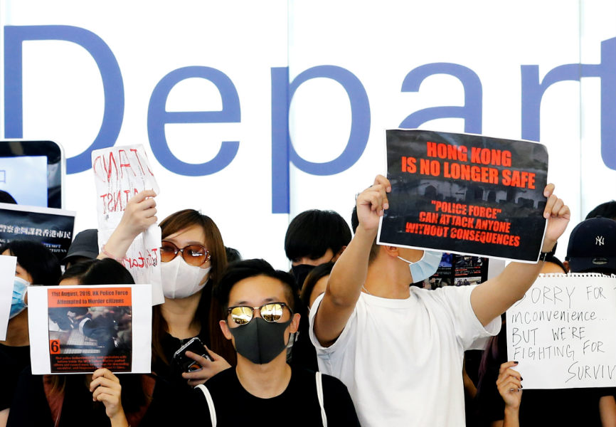 Anti-government protesters at Hong Kong's airport. REUTERS.