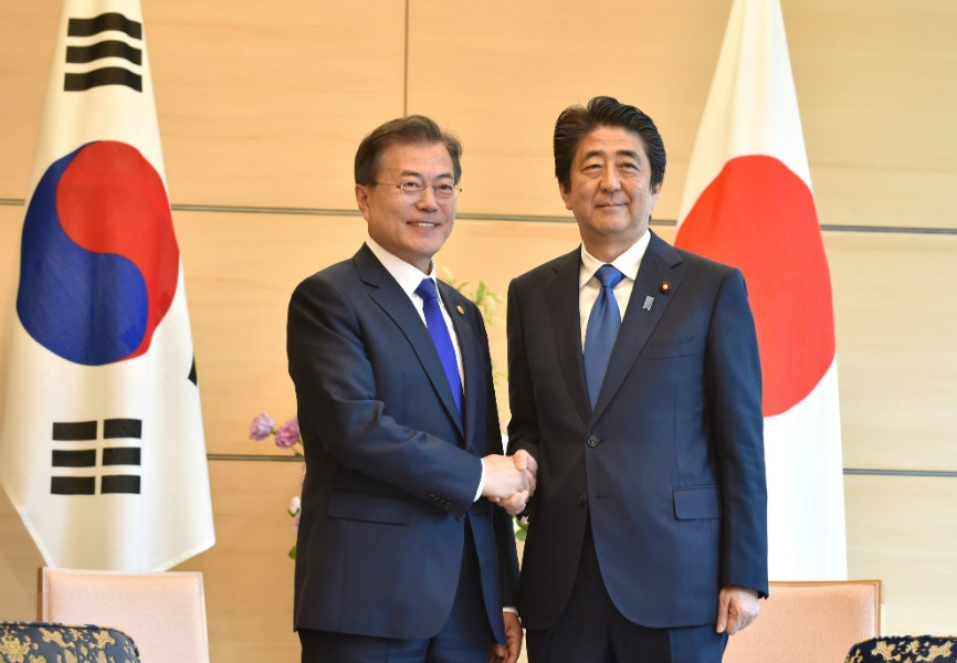 South Korean President Moon Jae-in and Japanese Prime Minister Abe Shinzo. REUTERS.